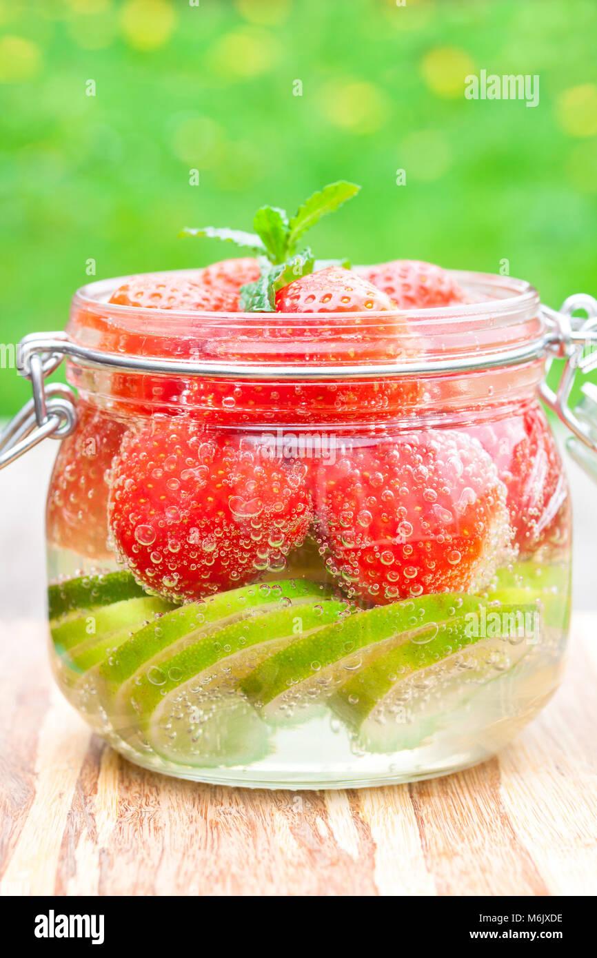 Hausgemachte Obst Drink mit Erdbeere Stockbild