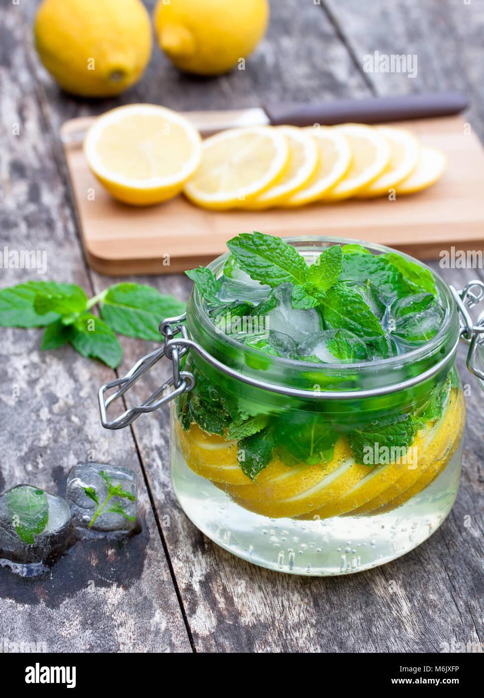 Hausgemachte Obst trinken mit Zitrone Stockbild