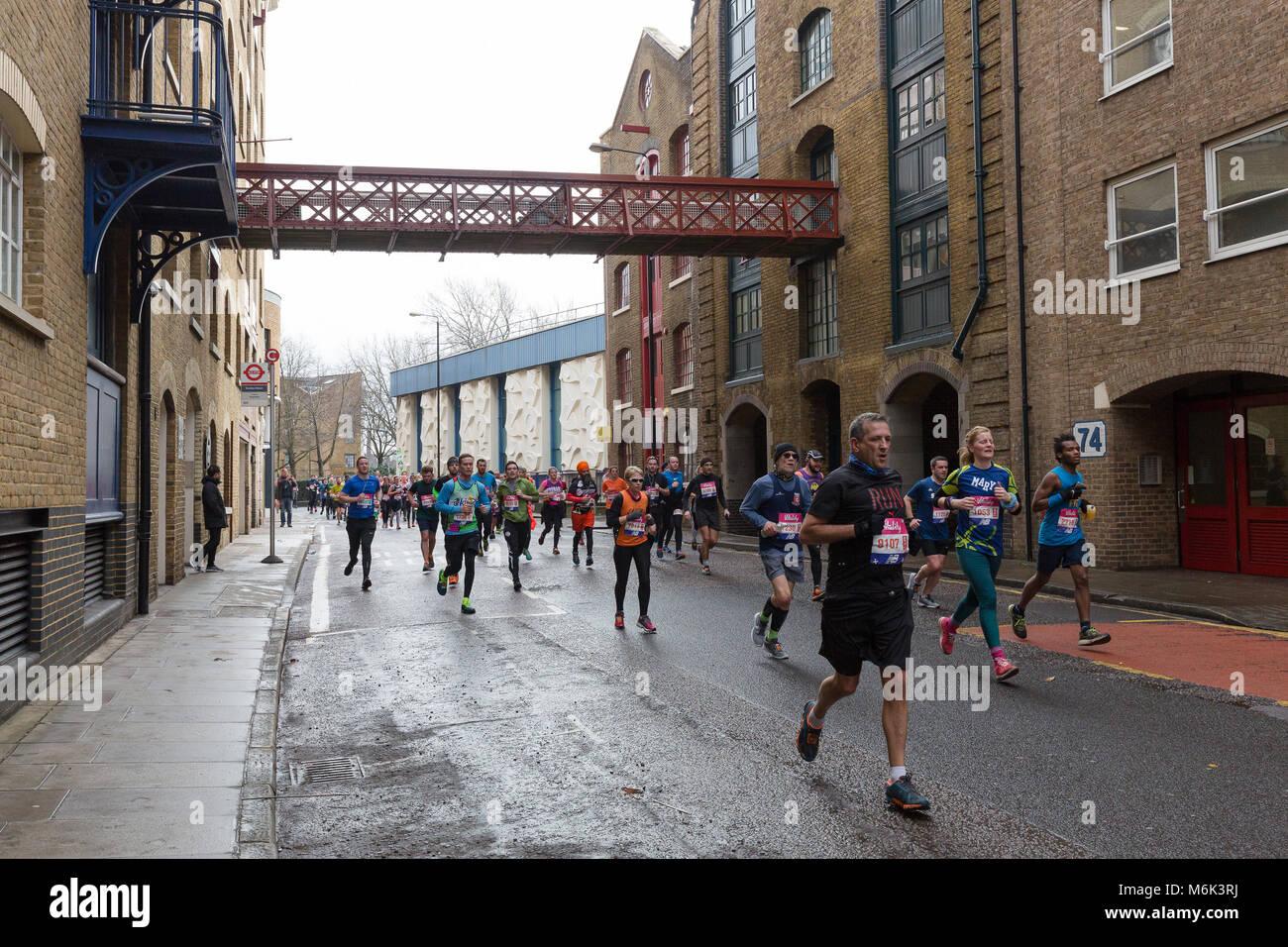 London, Großbritannien. 4. März 2018. Läufer in Wapping, als sie die Hälfte des 2018 Vitalität Stockbild