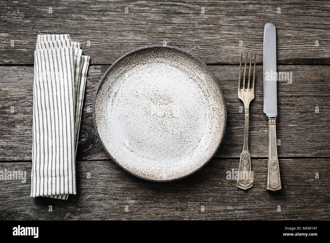 Tabelle Einstellung mit Vintage Tafelsilber, leeren Teller und Servietten. Ansicht von oben mit Platz für Text kopieren Stockfoto