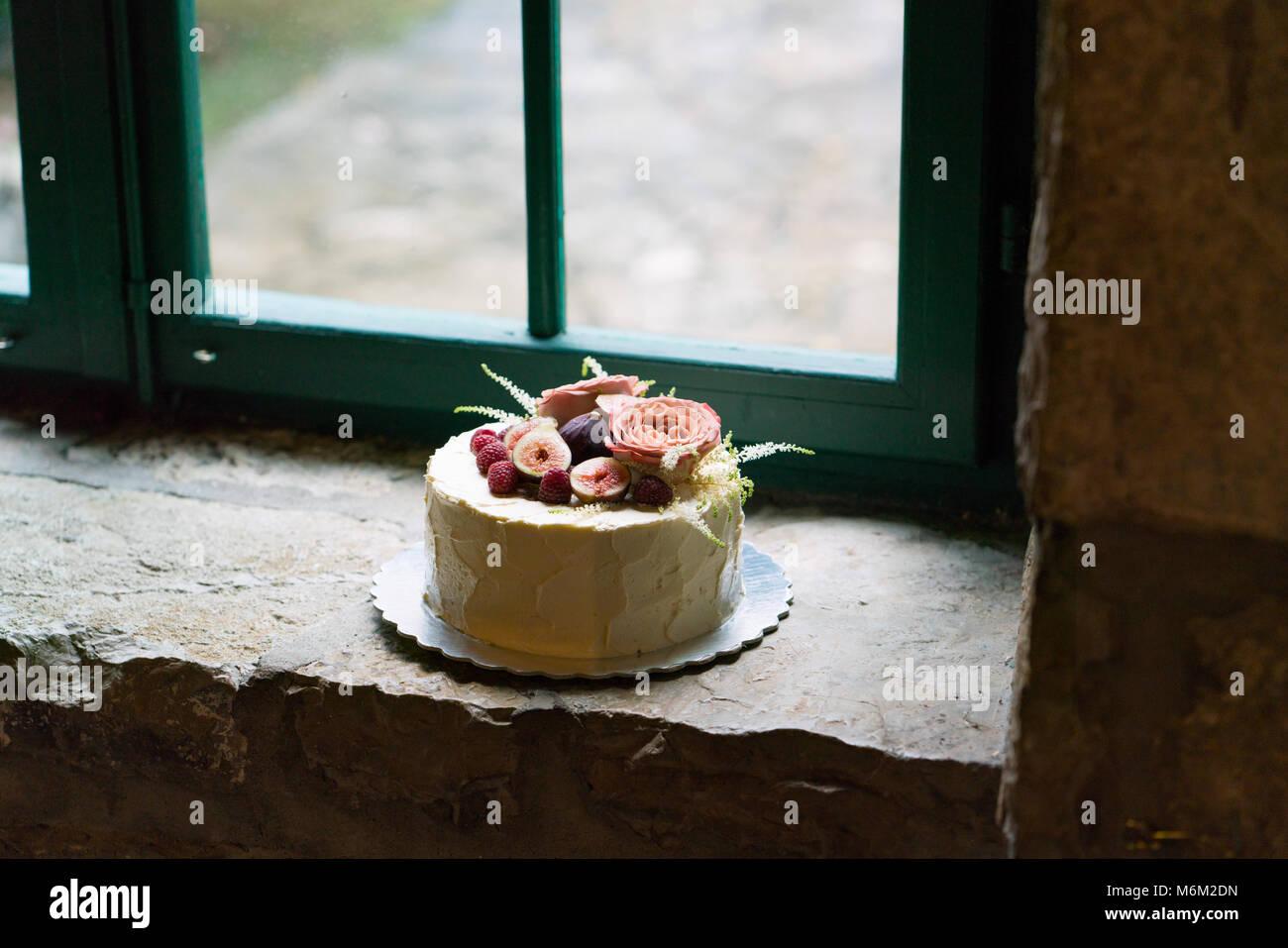 Hausgemachte Hochzeitstorte Mit Blumen Und Fruchten Dekoriert
