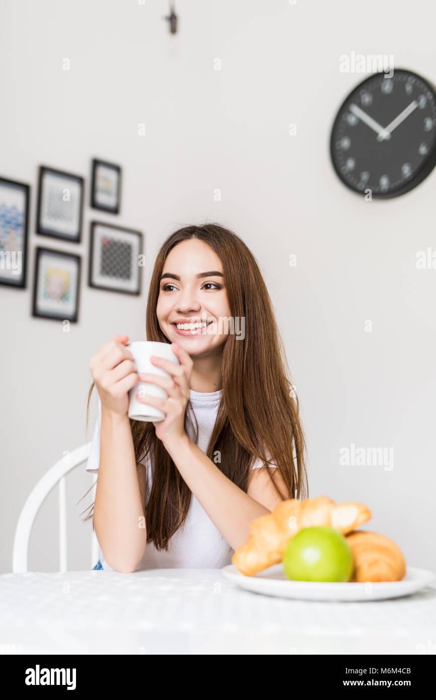 Gesundes Frühstück. Frau essen Frühstück am Morgen Stockfoto