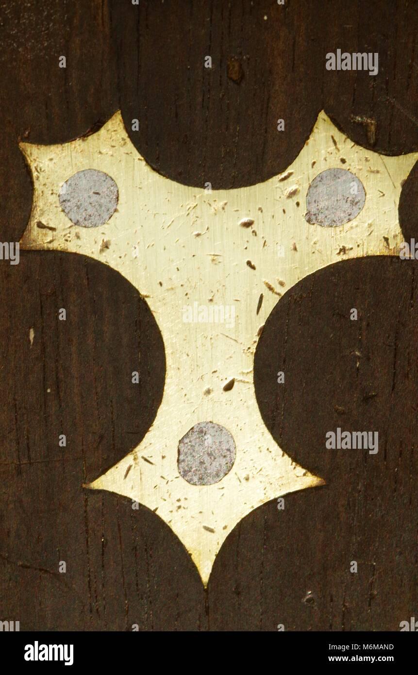Gothic Nieten aus Messing mit Einsatz eines viktorianischen Schreiner eingestellt. Exeter, Devon, Großbritannien. Stockbild