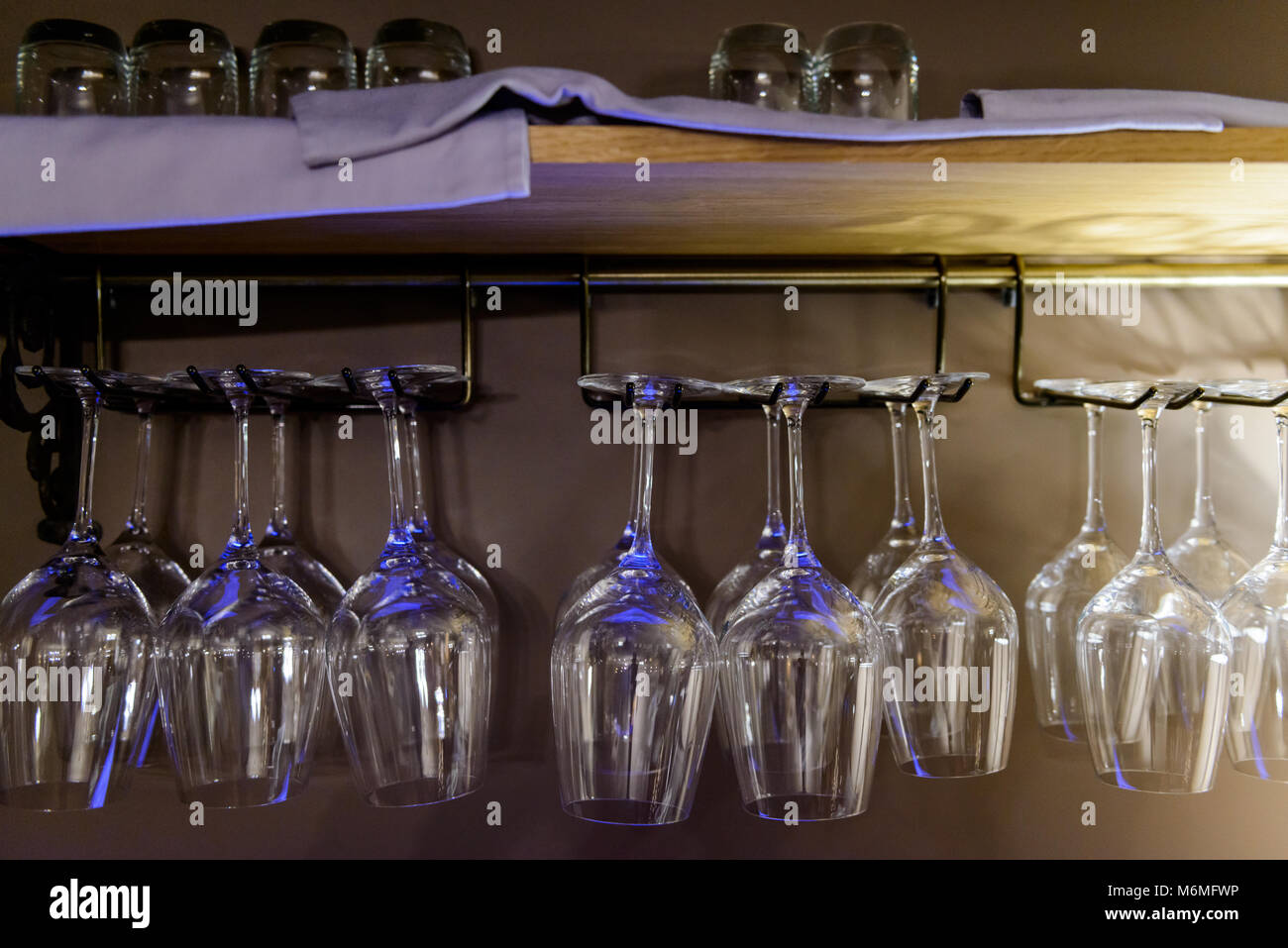 Top Gläser über Bar Regal aufhängen Stockfoto, Bild: 176243138 - Alamy RG76