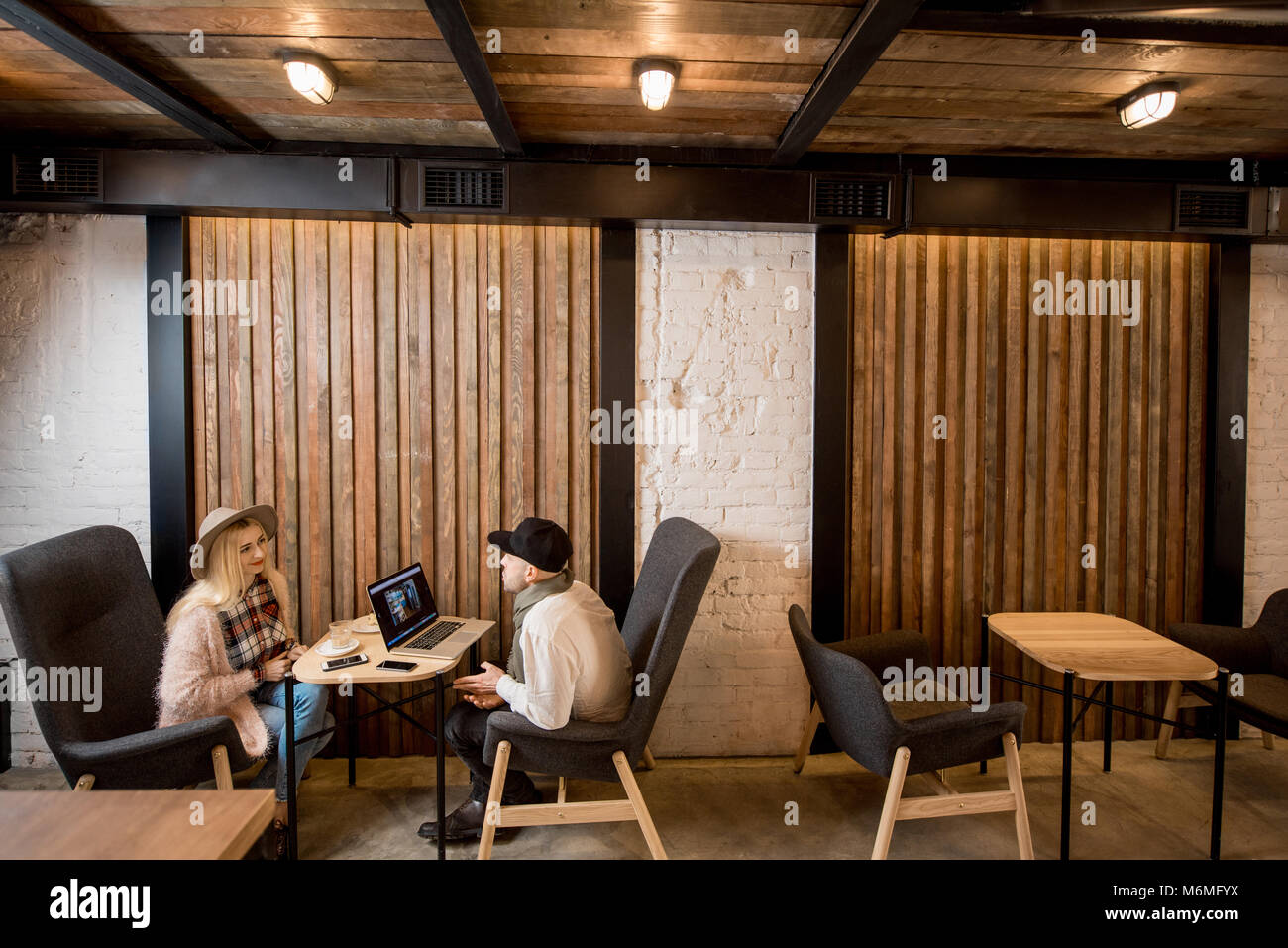 Paar im Cafe sitzen Stockbild