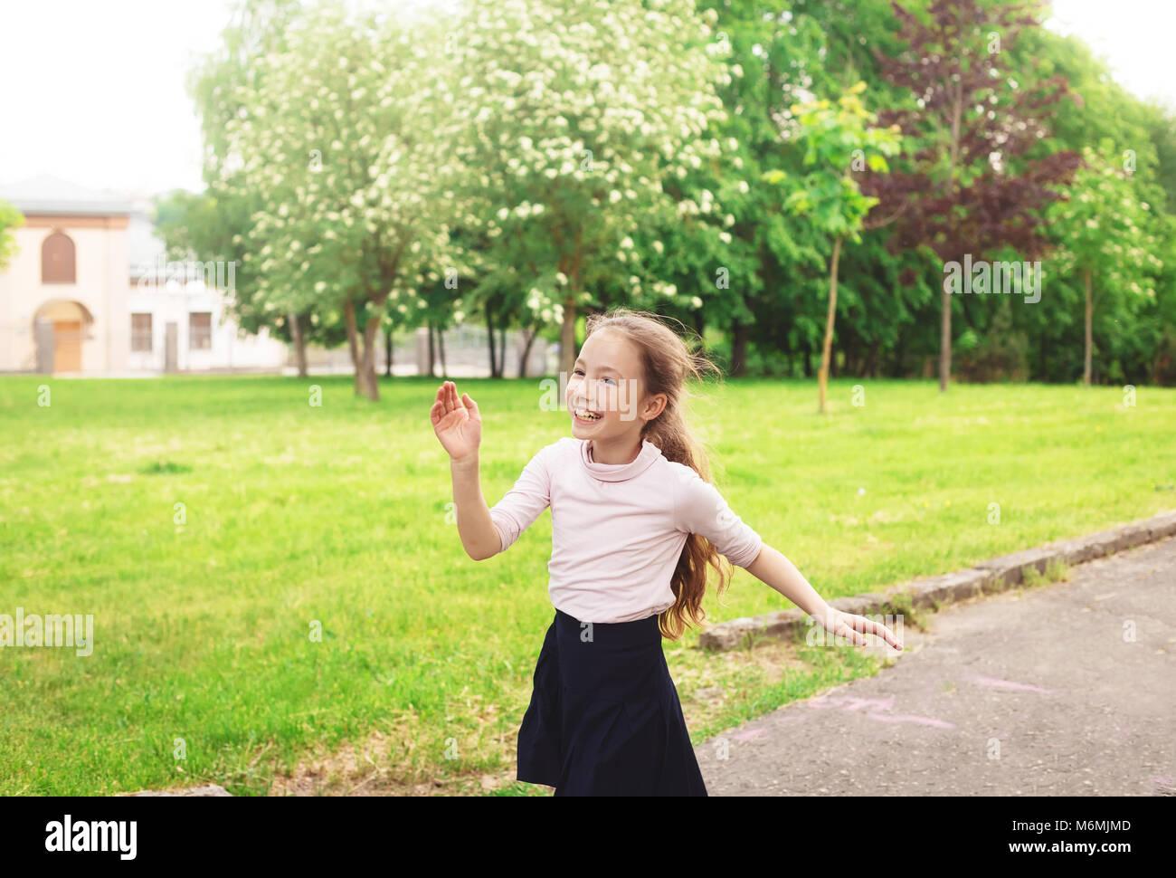 9fcc83ef7a4e78 Glückliches Kind Mädchen läuft auf Wiese im Sommer Tag Stockfoto ...