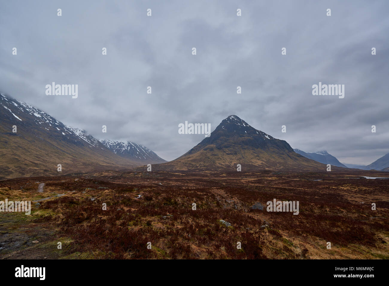 Glen Coe winkt, wie Sie nach Westen in Richtung der IT-Leiter von dem Aonach Ridge bewacht. Unter bedrohlichen Himmel Stockbild