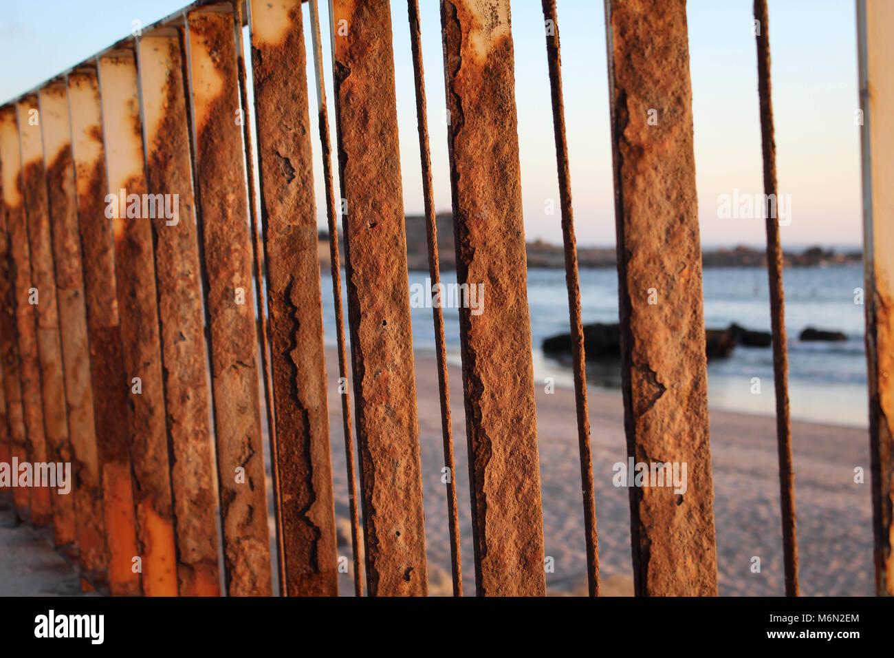 Ein Rostiger Zaun Im Abendlicht An Einem Strand In Porto Portugal