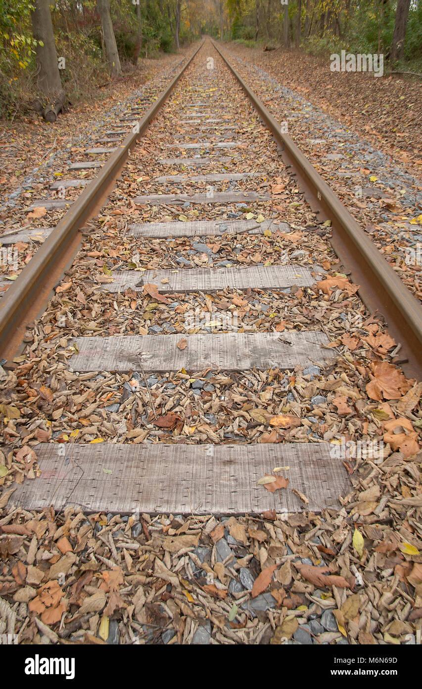 Auf der Suche nach den Spuren eines Railroad erstellt und interessante Perspektive. Stockbild