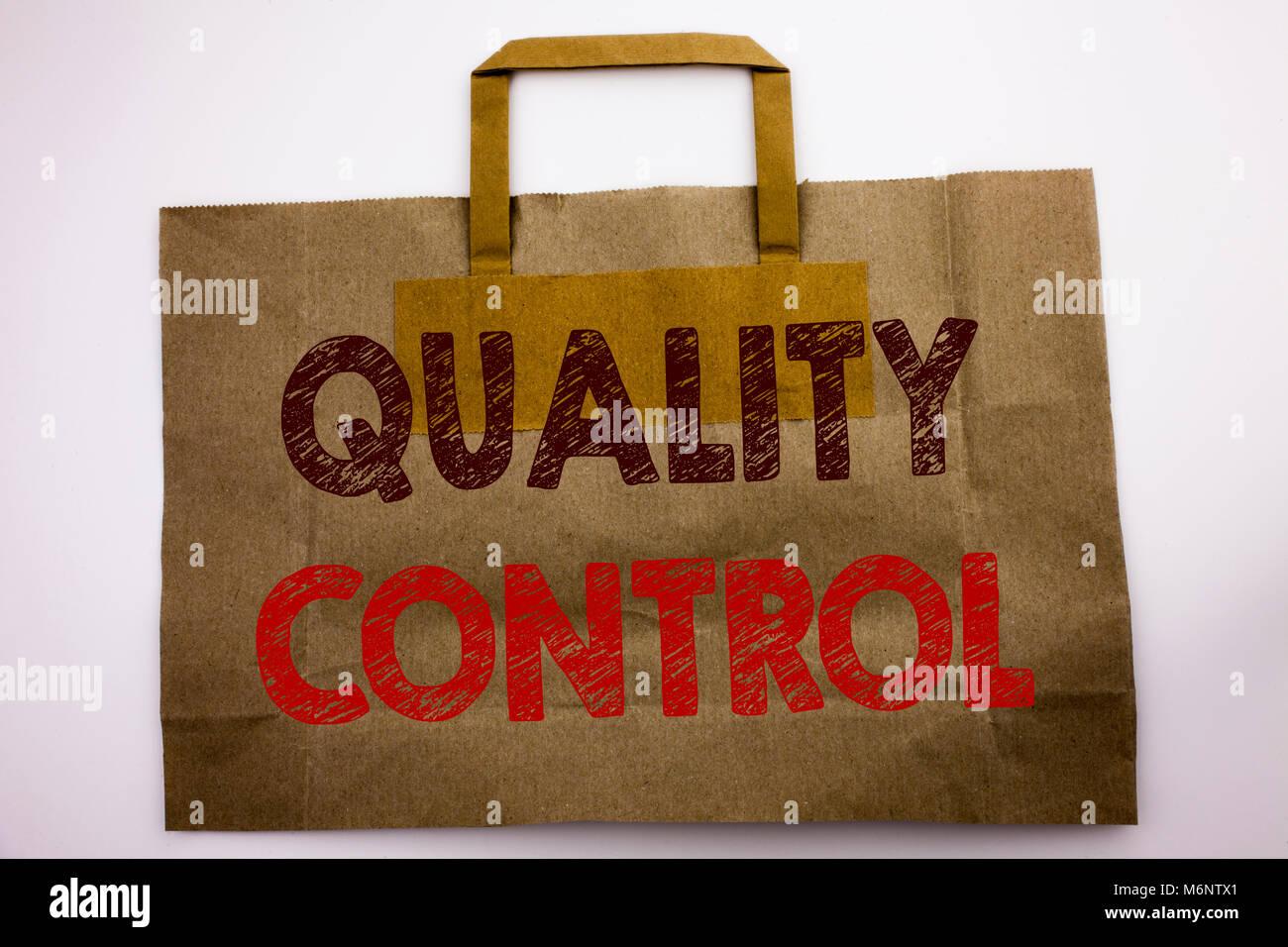 Wort, Schrift, Qualitätskontrolle. Business Konzept für die Verbesserung der Arbeit Shopping Bag geschrieben, weiß Stockfoto
