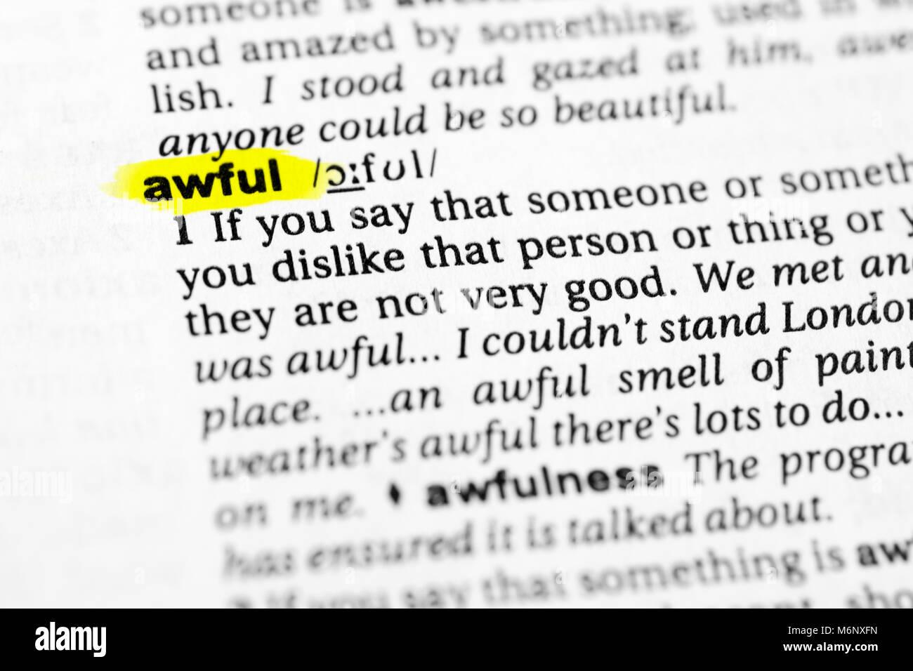 """Markierten englische Wort """"schrecklich"""" und seine Definition im Wörterbuch. Stockbild"""