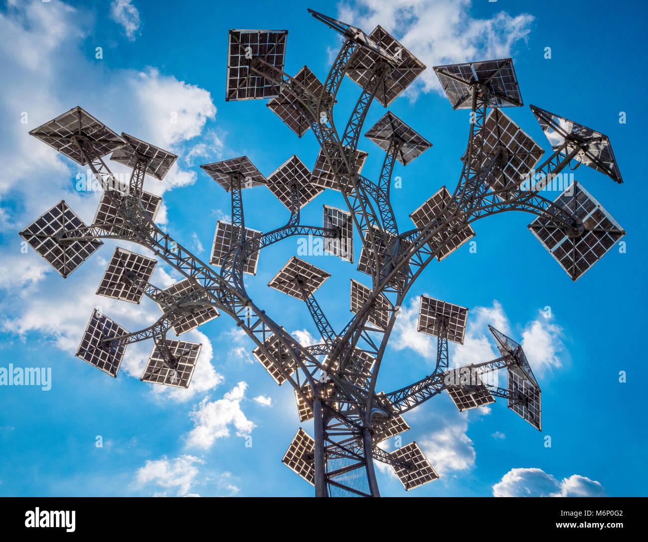 Die Energie Baum mit Sonnenkollektoren für Blätter in Bristol Millennium Square bietet kostenlose Handy aufladen und Wlan als Teil der Grüne Hauptstadt Jahr Stockfoto