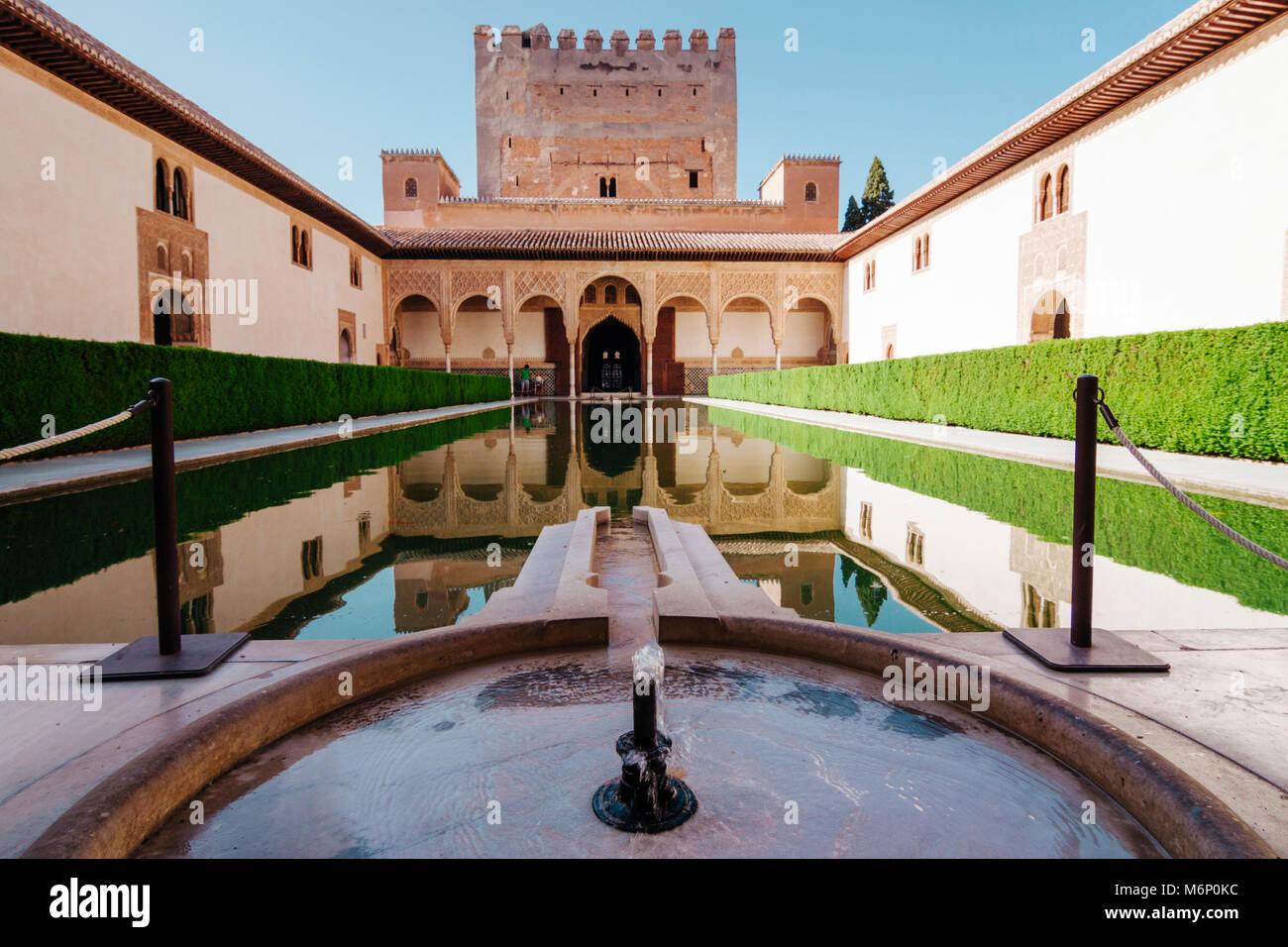 Granada, Andalusien, Spanien - 18. Juli 2010: Turm von Comares und einen reflektierenden Pool im Hof der Myrten Stockbild
