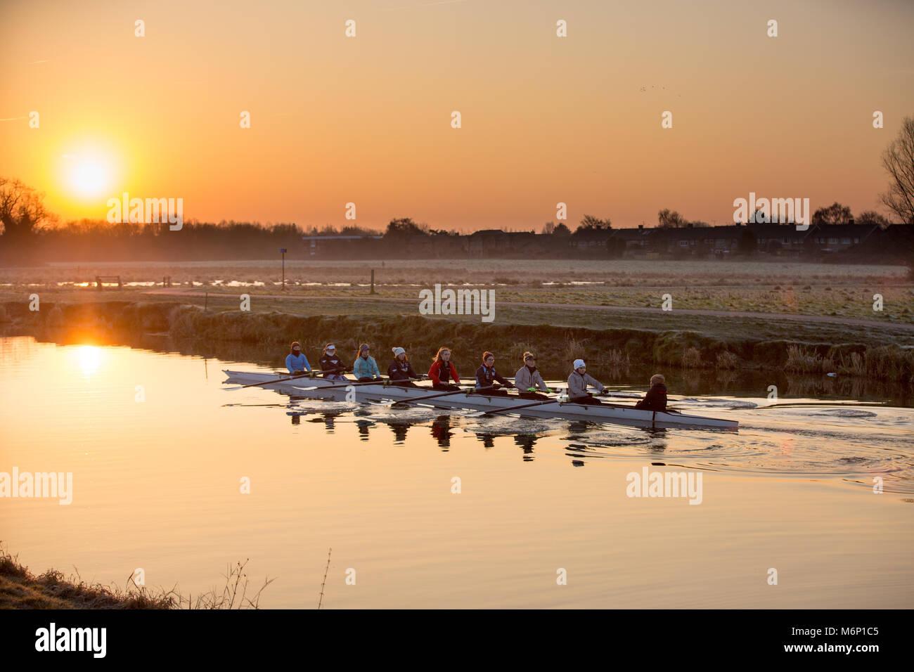 Die ruderer auf dem Fluss Cam in Cambridge bei Sonnenaufgang am Samstag Morgen (Feb 24) gegen die Temperaturen unter Stockbild