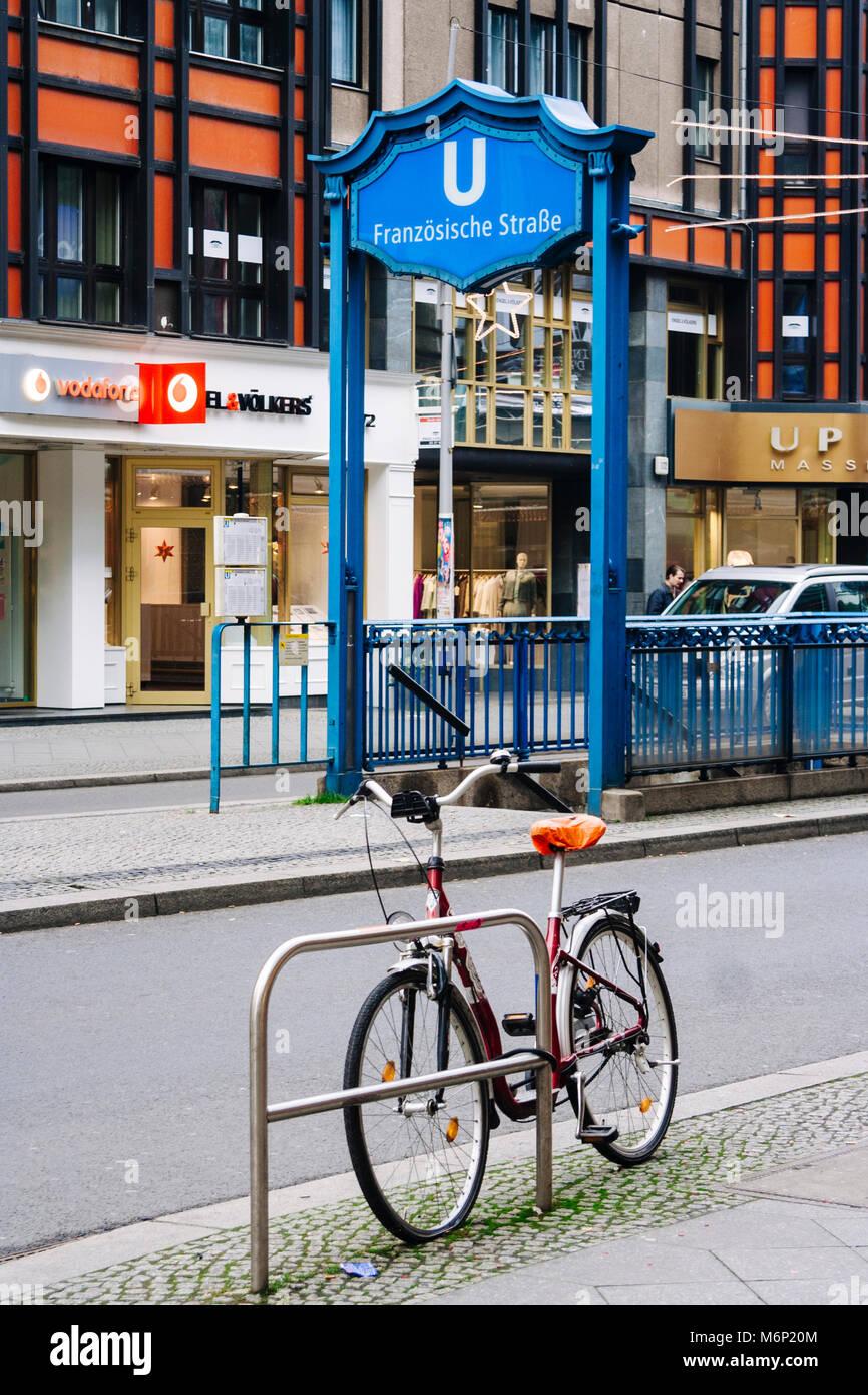 Fahrrad ausserhalb der Französische Straße Berliner U-Bahn Station. Berlin, Deutschland Stockbild