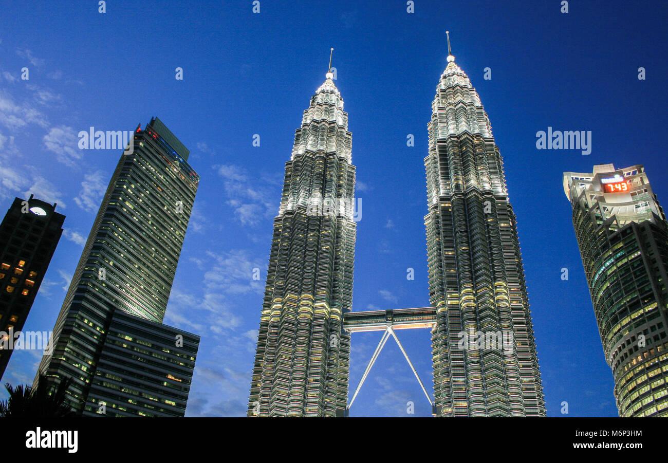 Stadtbild Szene der Petronas Towers in Kuala Lumpur City Centre (KLCC), Kuala Lumpur, Malaysia Stockbild