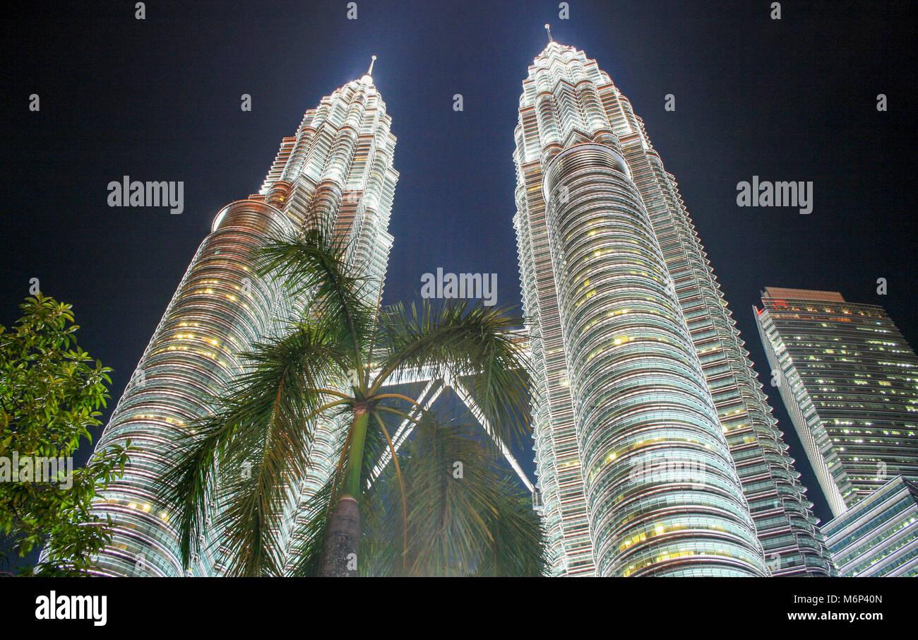 Stadtbild Szene bei Nacht der Petronas Towers, Kuala Lumpur City Centre (KLCC), Kuala Lumpur, Malaysia Stockbild