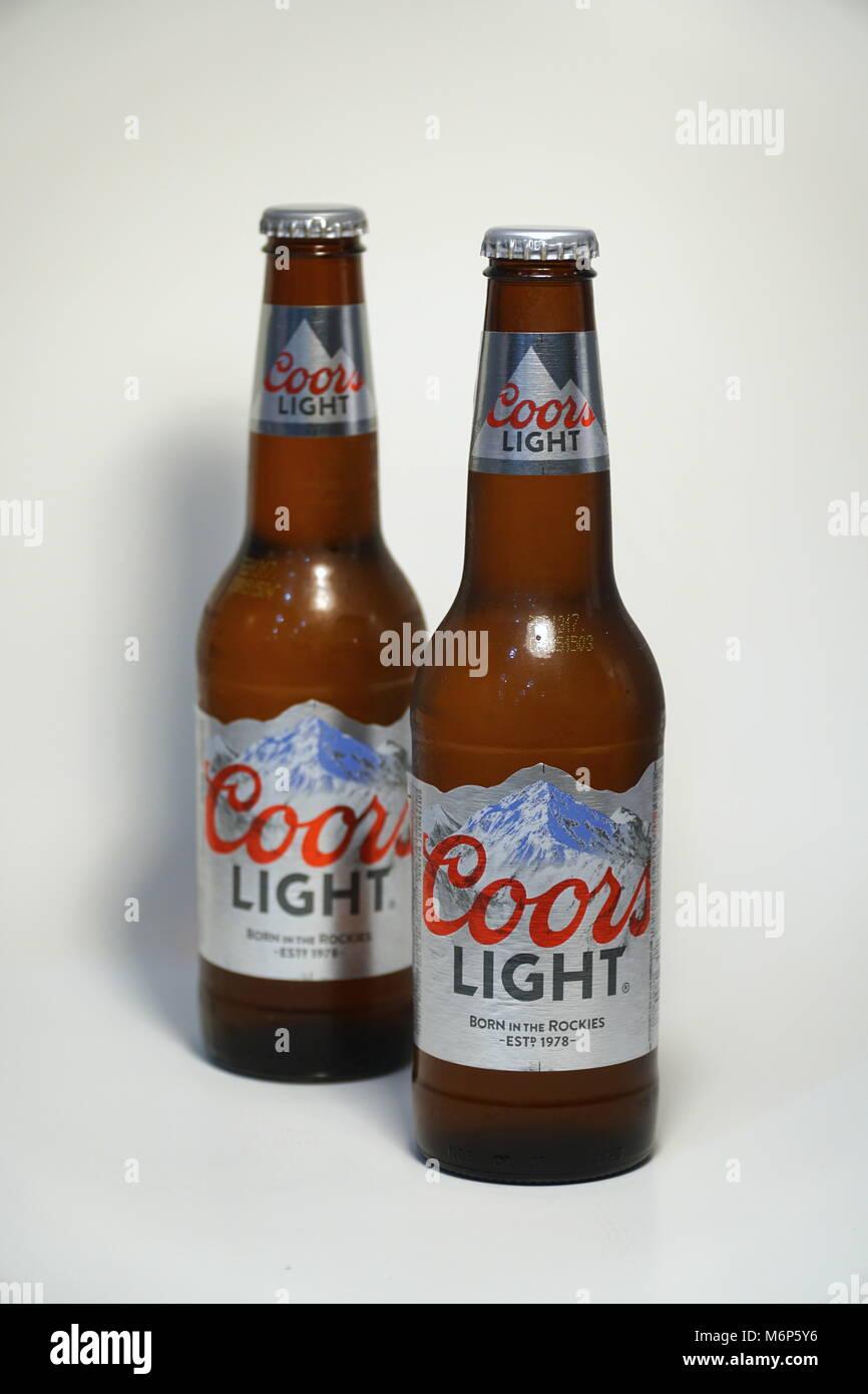 Coors Light Bier Flasche gegen den weißen Hintergrund. Produkt ...