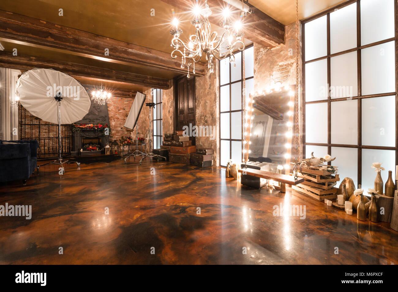 Photo Studio. Loft Innenraum mit Spiegel, Kerzen, Mauer, große ...
