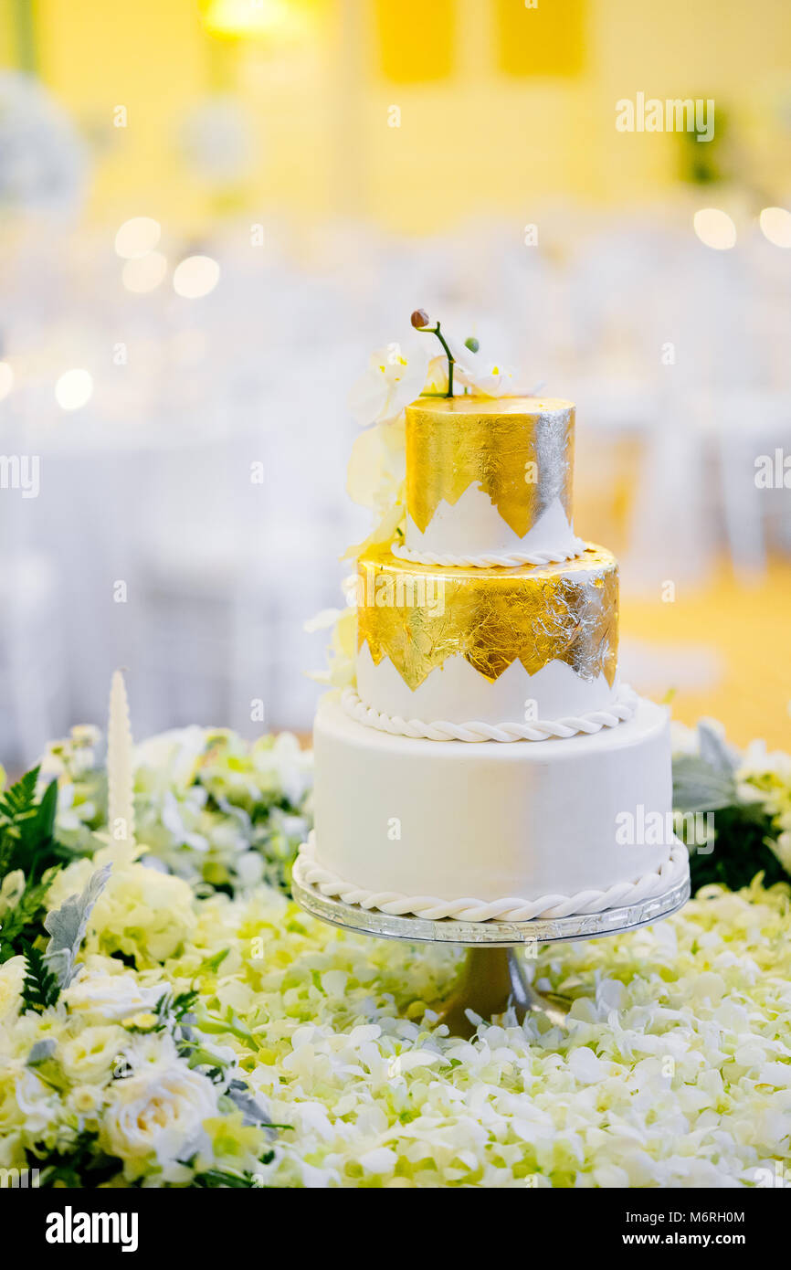 Die Hochzeitstorte Fur Den Empfang Abendessen Weiss Und Gold Mit