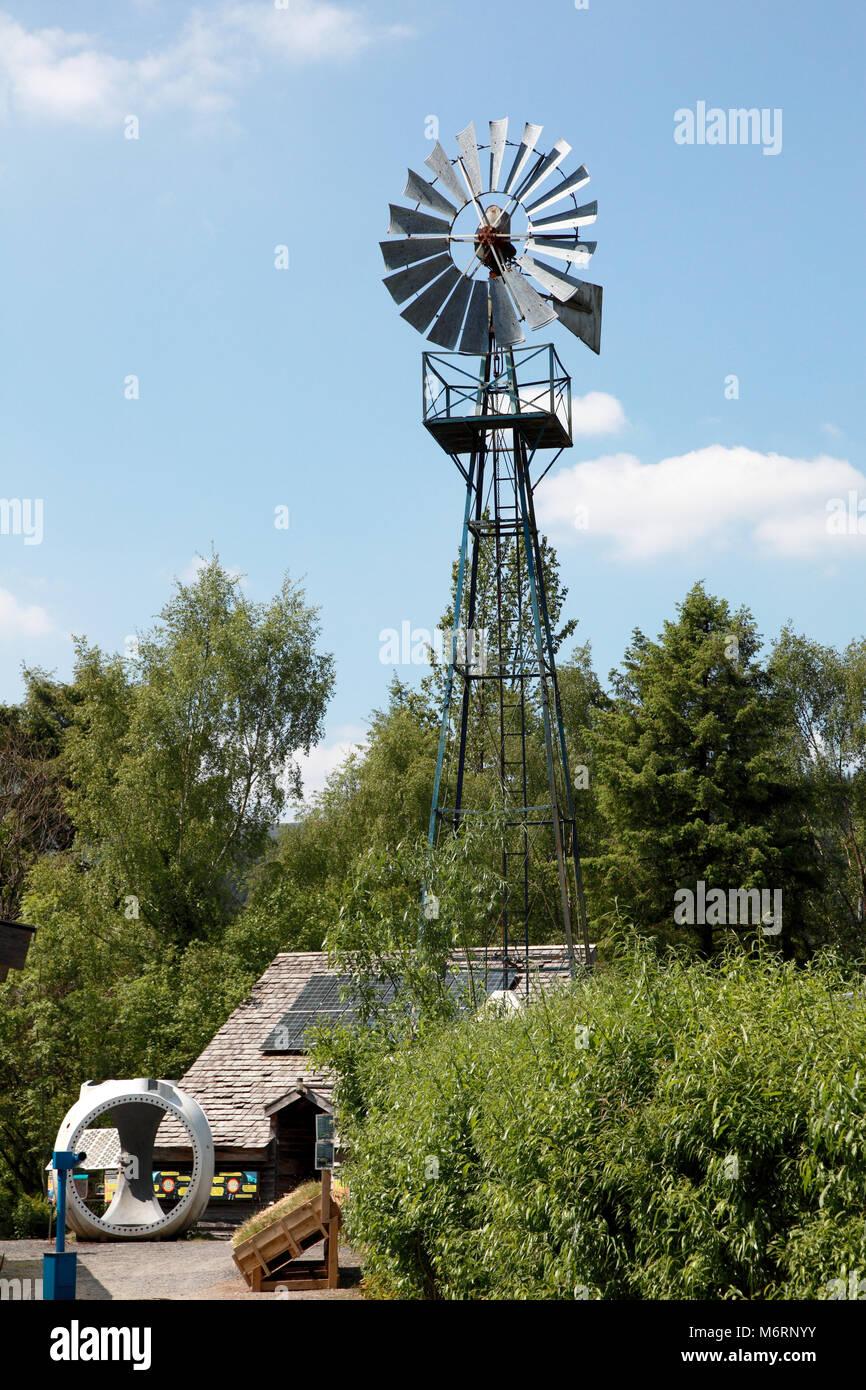 Ein Windpump am Zentrum für Alternative Technologie, Petworth. Diese Turbine ist für das Pumpen von Wasser Stockbild