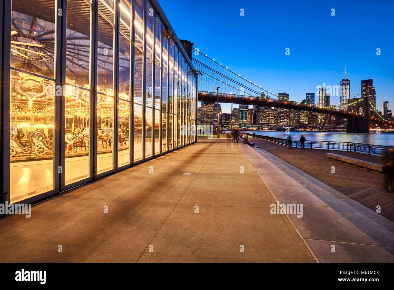 Brooklyn Bridge Park bei Dämmerung mit Blick auf die Wolkenkratzer von Manhattan, die Brooklyn Bridge und das Stockbild
