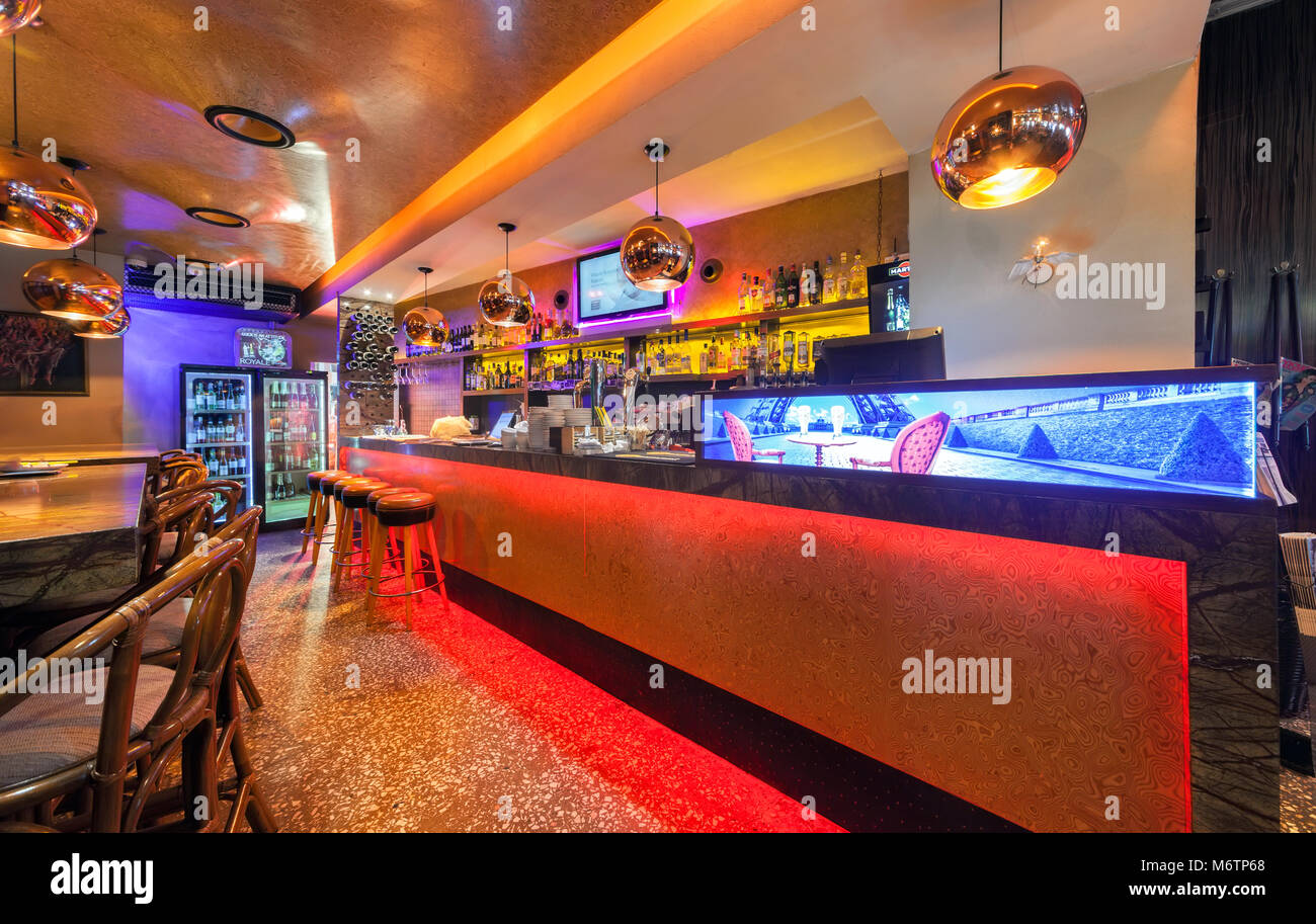 Moskau - Juli 2014: Einrichtung eines luxuriösen Restaurant \'OGNI ...