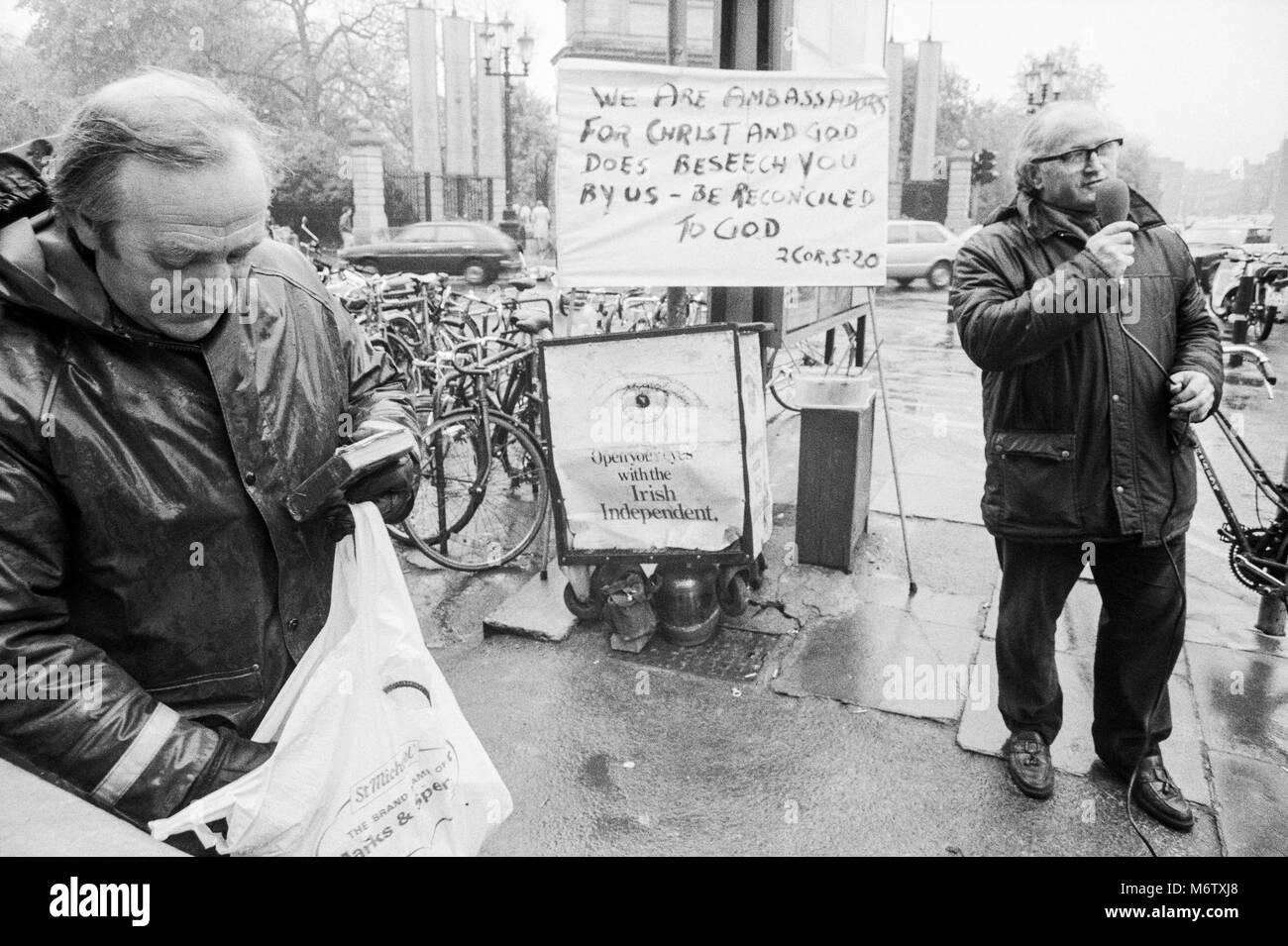 Drei Männer, die in die Straße an St. Stephens Green predigt, Stadtzentrum Dublin, Irland, Archivierung Stockbild