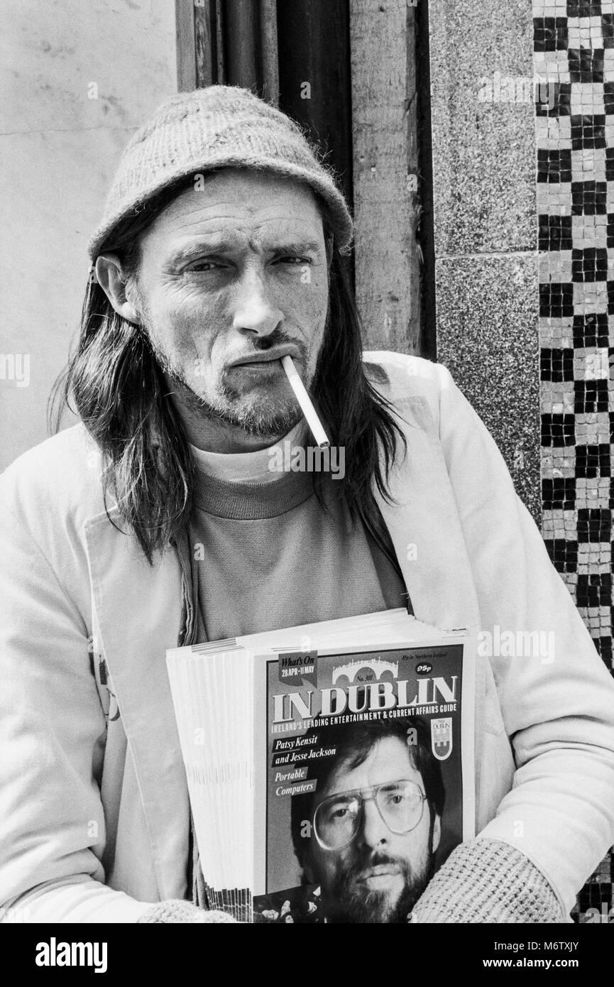 In Dublin Zeitschrift Verkäufer außerhalb Bewleys auf der Grafton Street, dem Zentrum der Stadt Dublin, Stockbild
