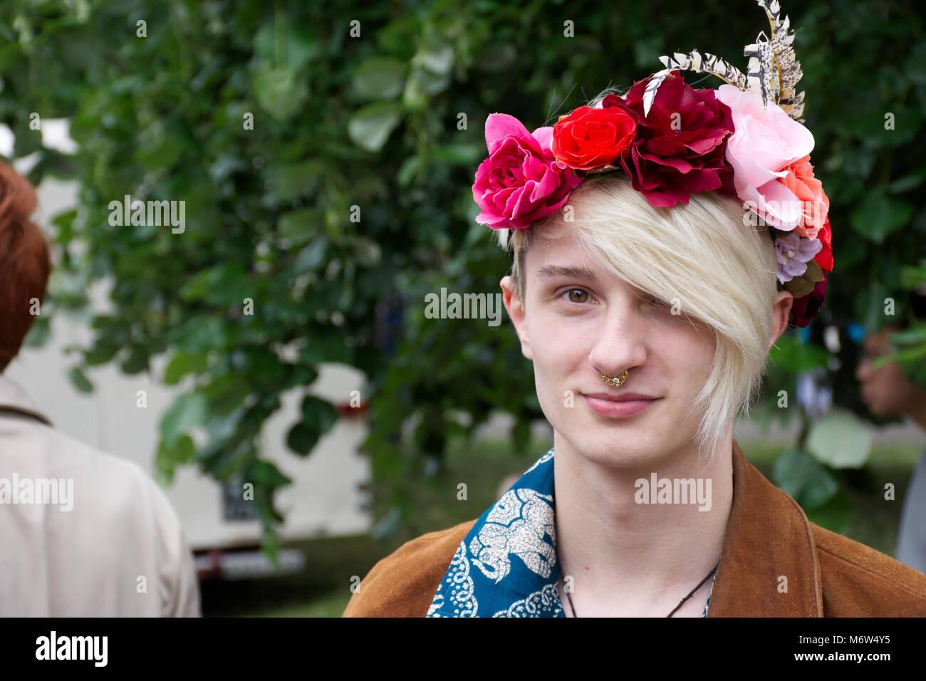 Das Männliche stereotyp, Transgender Uk, LGBT. Mann, Make-up, und Stolz. LGBT Pride event, Stoke-on-Trent, Staffordshire, Stockfoto
