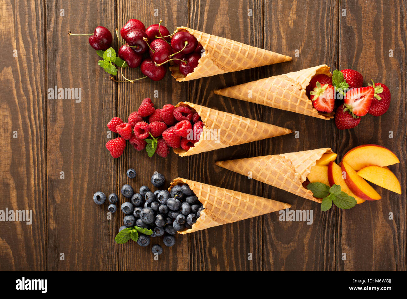 Frisches Obst und Beeren in Waffelkegeln, gesunde Sommer-Food-Konzept Stockbild