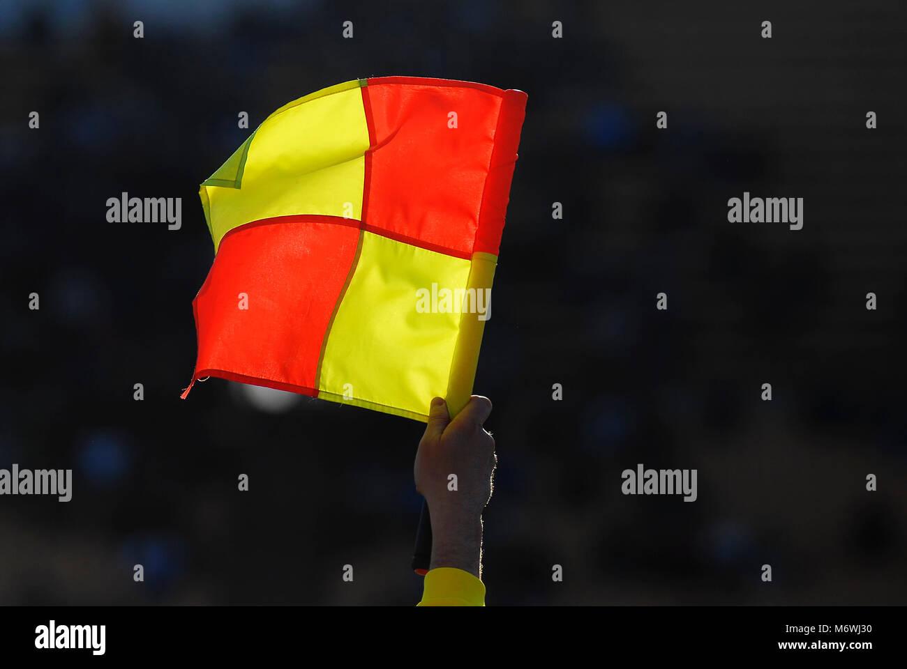 Fußball foul Flag auf dem Hintergrund der Stände während der Fußball-Match Stockbild
