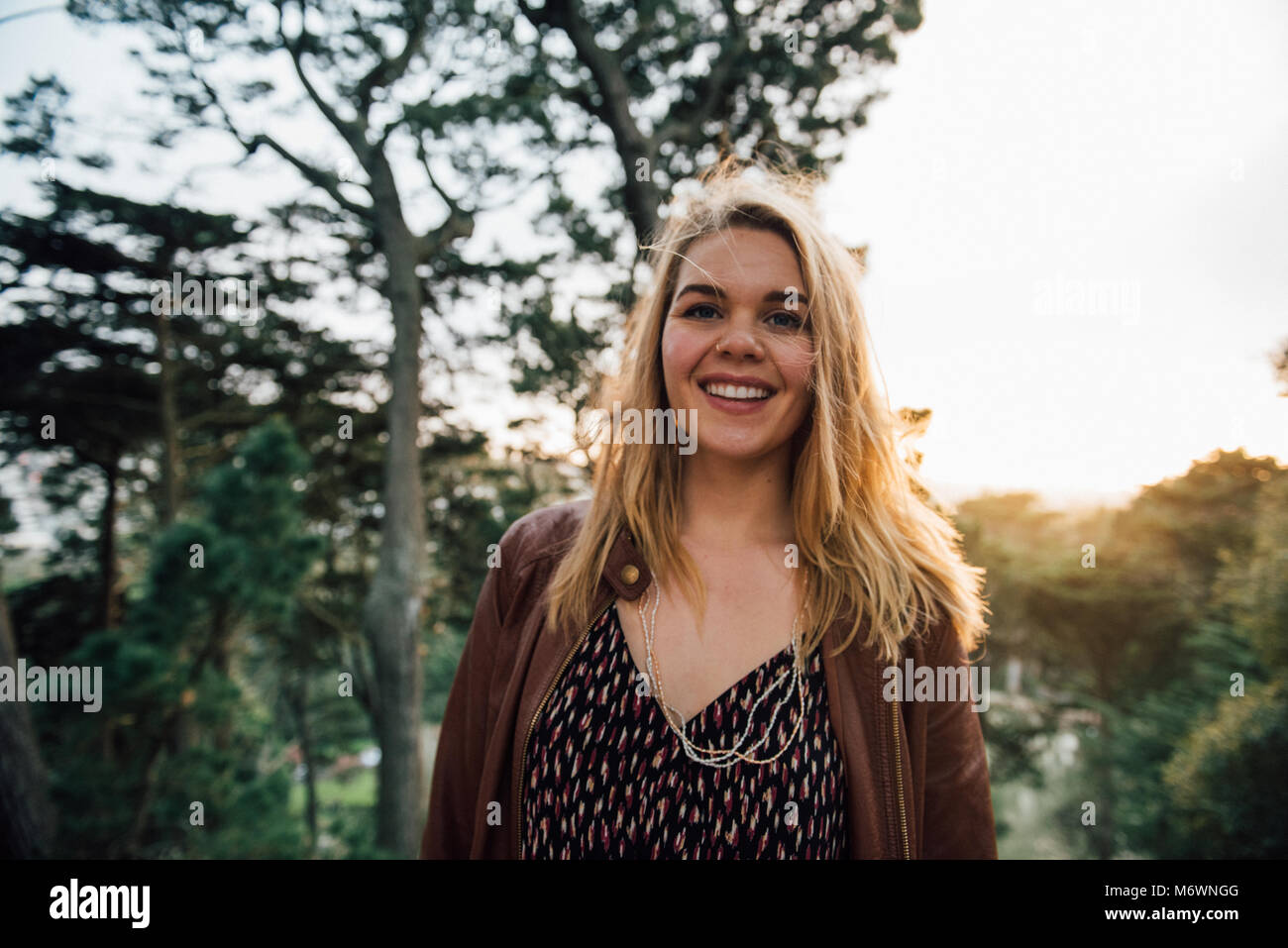 Junge Frau Golden Gate Park bei Sonnenuntergang zu erkunden. Stockbild