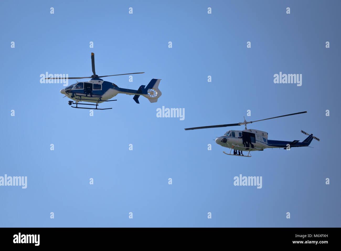 Special Forces helicopters Team bereit für Seil springen, unmarkierte und Unerkennbare SWAT-Team Stockfoto