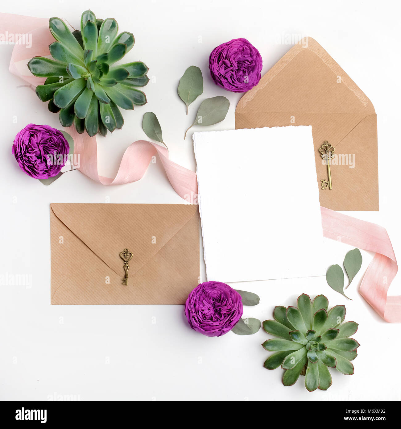 Flach Schuss Von Brief Und Eco Umschlag Auf Weissem Hintergrund