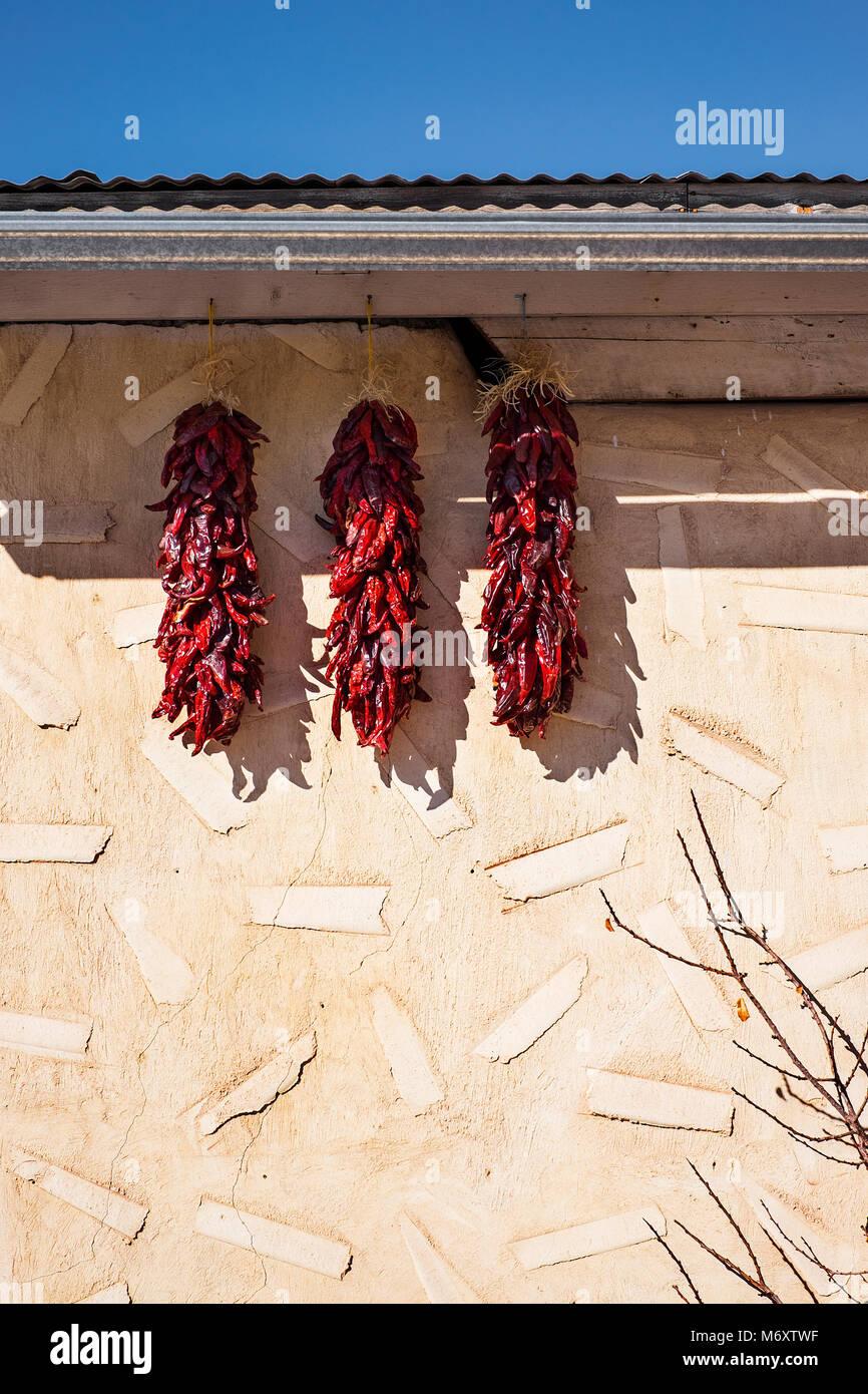 Chilis außerhalb eines Hauses Stockbild