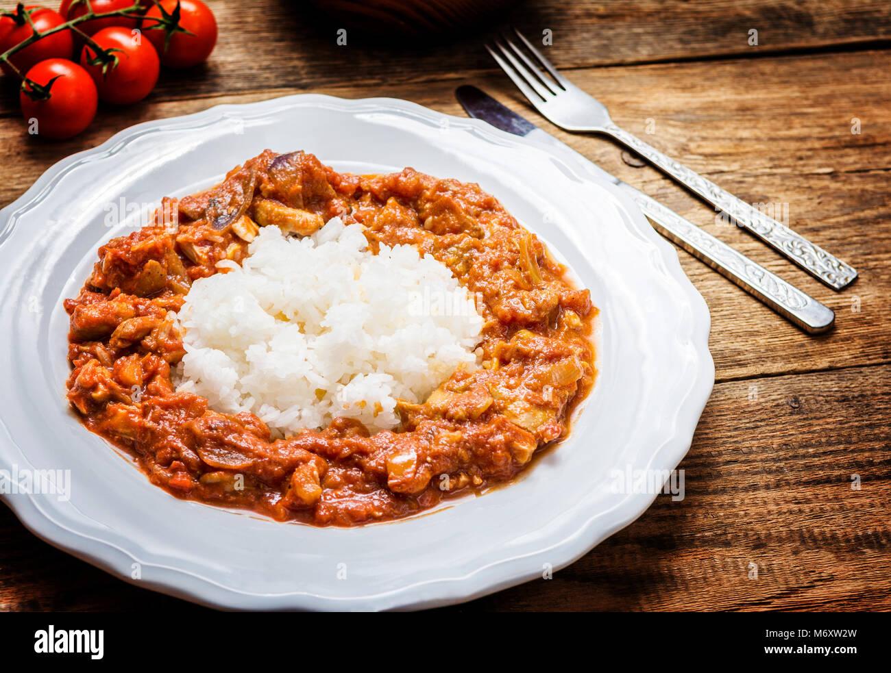 Traditionelle indische Küche. Spicy Tikka Masala mit Reis auf Holz ...