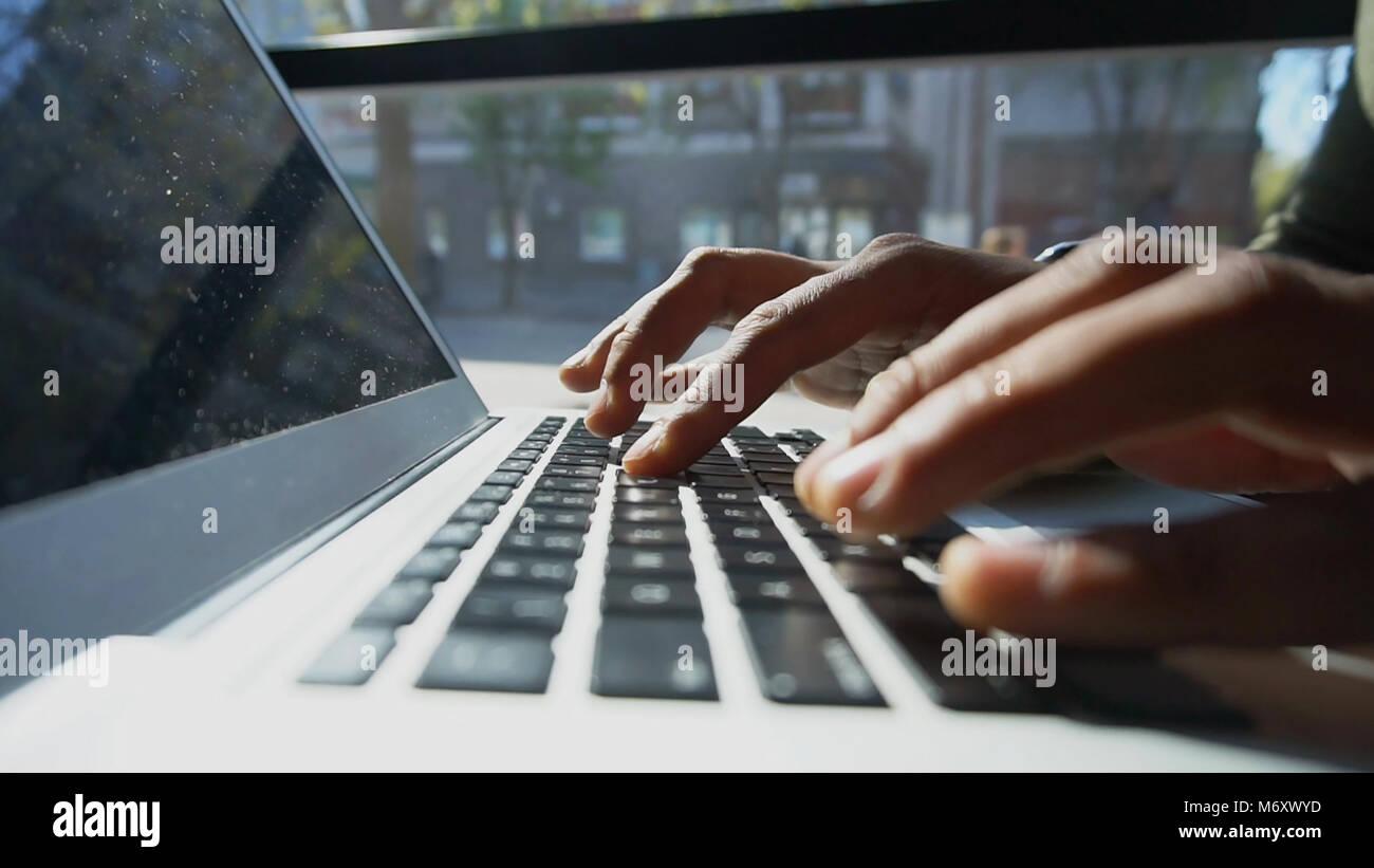 Kritiker verwendet Laptop für die Arbeit. Stockbild