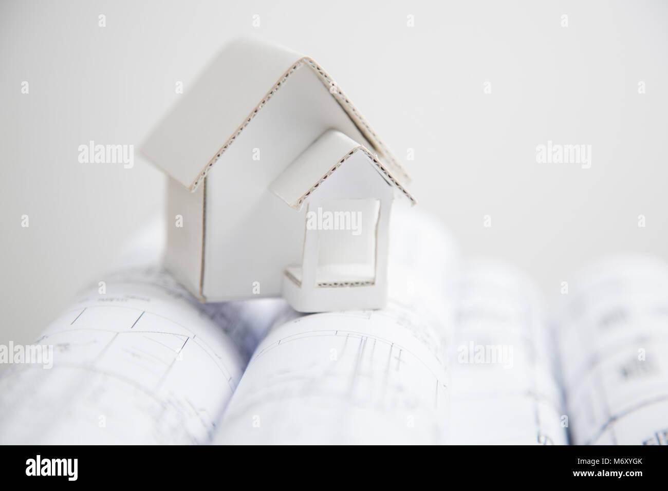 Papier Modell Haus auf einer Blaupause. Stockbild