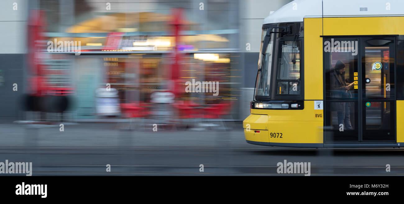 Eine Straßenbahnhaltestelle in der Nähe von Alexanderplatz Bahnhof, Mitte, Berlin Stockbild