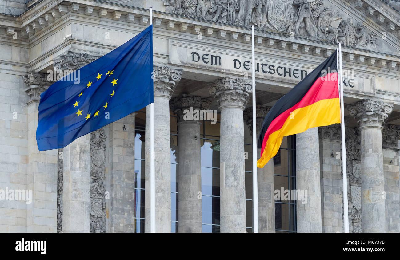 Die Fahnen der EU & DDR am Reichstag, Mitte, Berlin, Deutschland fliegen Stockbild