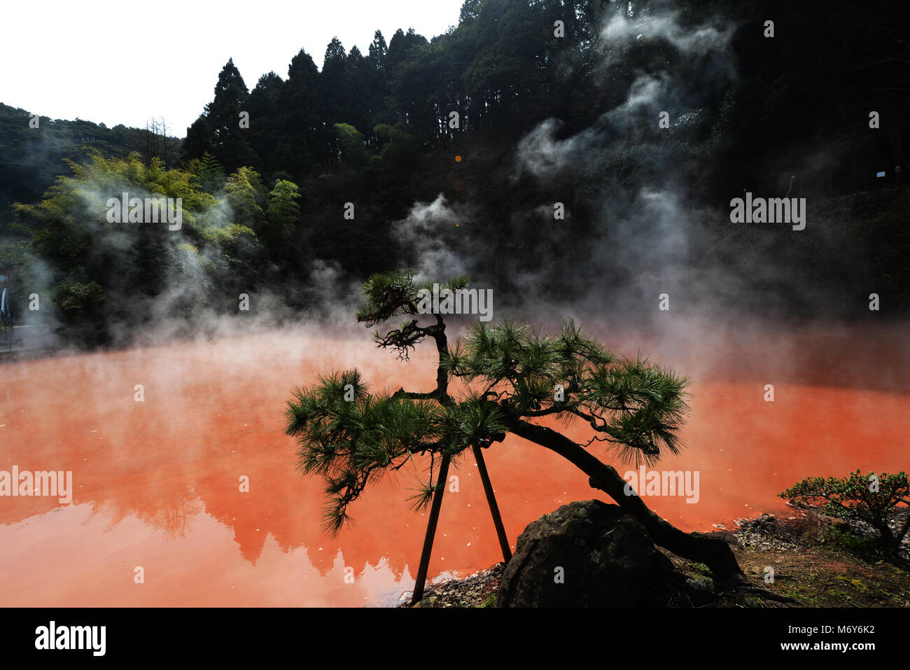 Chi-no-ike Jigoku (Blut Teich) ist der älteste Jigoku Frühling in Japan. Stockbild