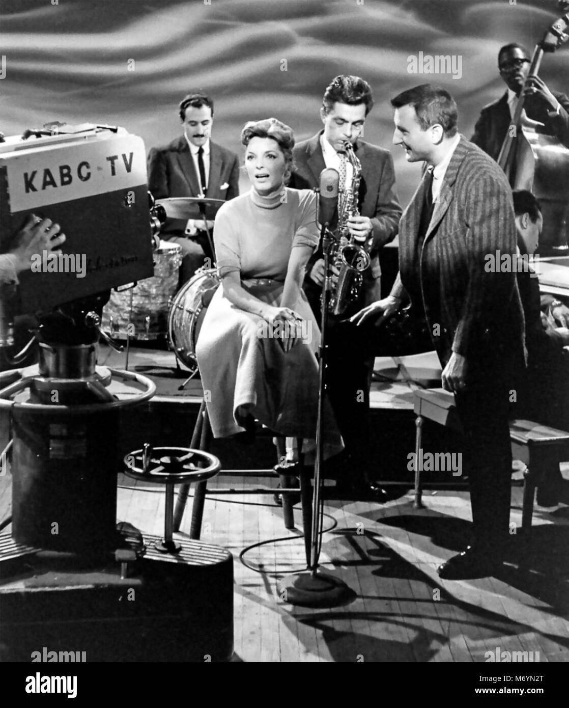"""JULIE LONDON (1926-2000), US-amerikanische Jazzsängerin und Schauspielerin auf der Amerikanischen KABC TV-Show """"Stars des Jazz' 1957 Stockfoto"""