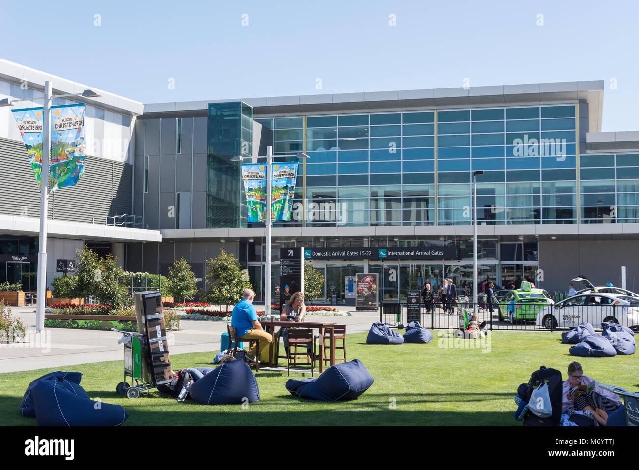 Rasen mit Sitzsäcken und Internationale Ankünfte Terminal am Flughafen Christchurch, Harewood, Christchurch, Stockbild