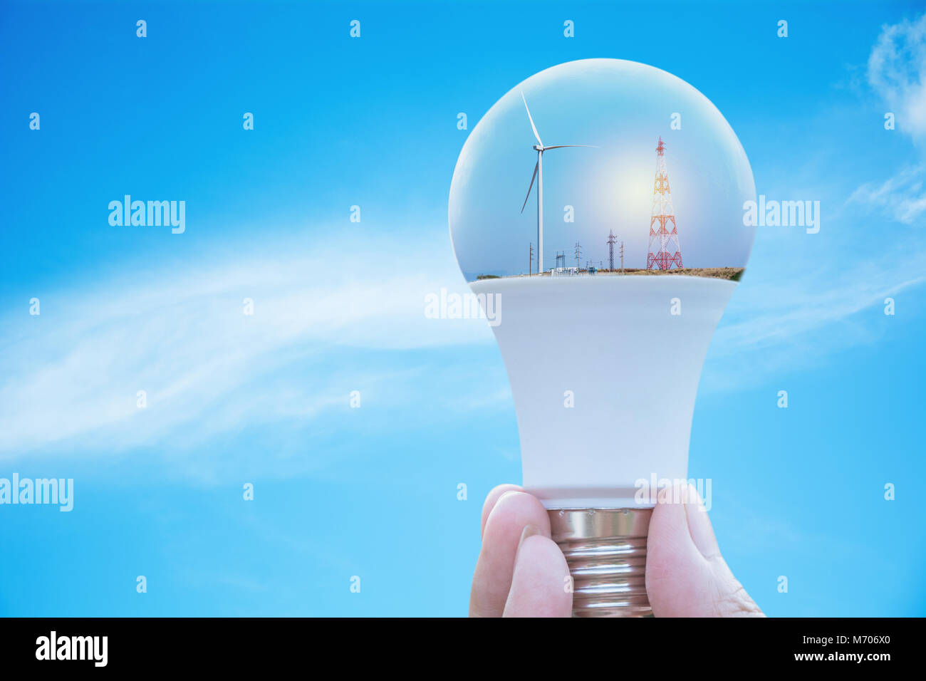 Hand der Person, die Glühbirne für Idee oder Erfolg oder Solarenergie Konzept. Stockfoto