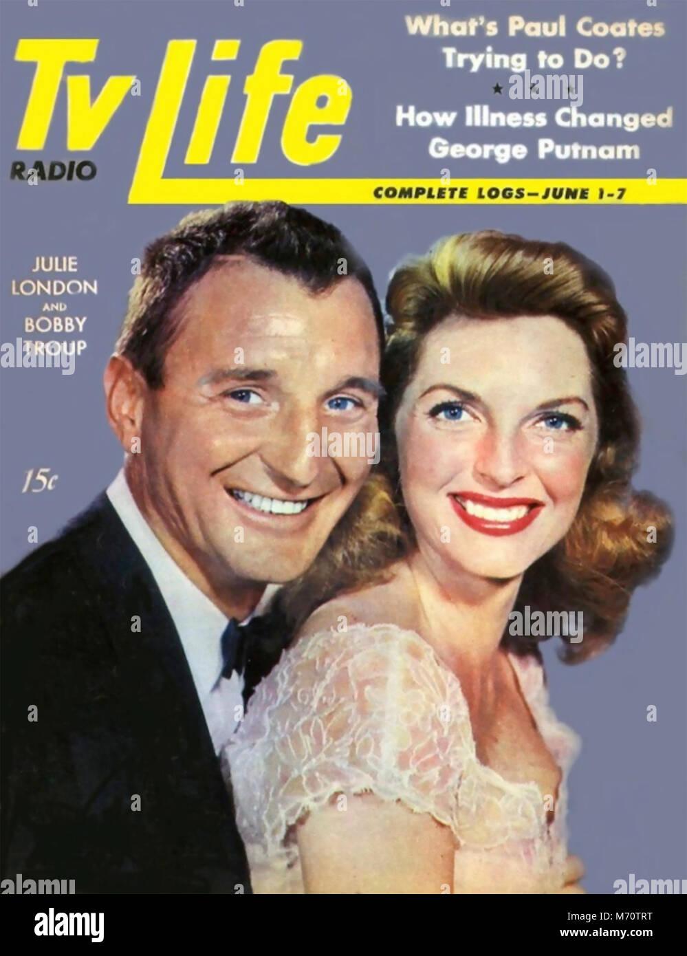"""JULIE LONDON (1926-2000), US-amerikanische Sängerin und TV-Schauspielerin mit Ehemann Bobby Troup auf US-Magazin auf die etwa 1972, während Sie im Fernsehen in der """"Emergency""""-Reihe waren! Stockfoto"""
