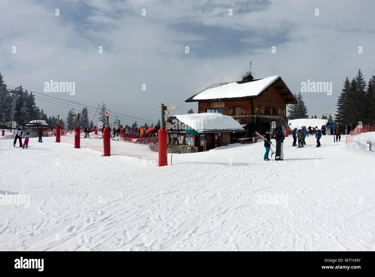 Im Stil eines Chalets mit Restaurant und Bar mit Sessellift Ticket Sales Office in Les Gets Skigebiet Portes du Stockbild
