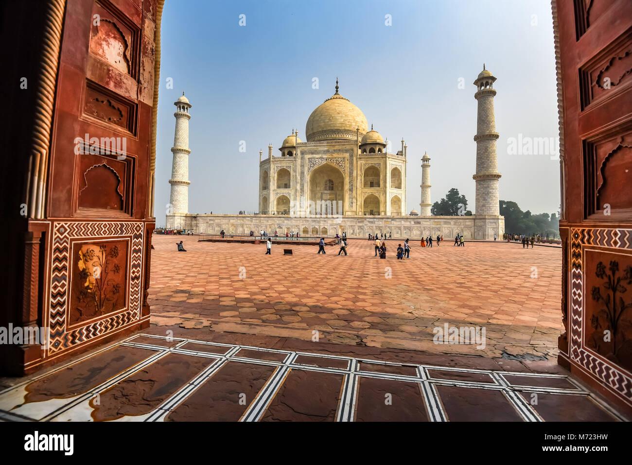 AGRA, Indien - 8. NOVEMBER 2017: Taj Mahal szenische Ansicht vom Moschee in Agra, Indien. Stockbild