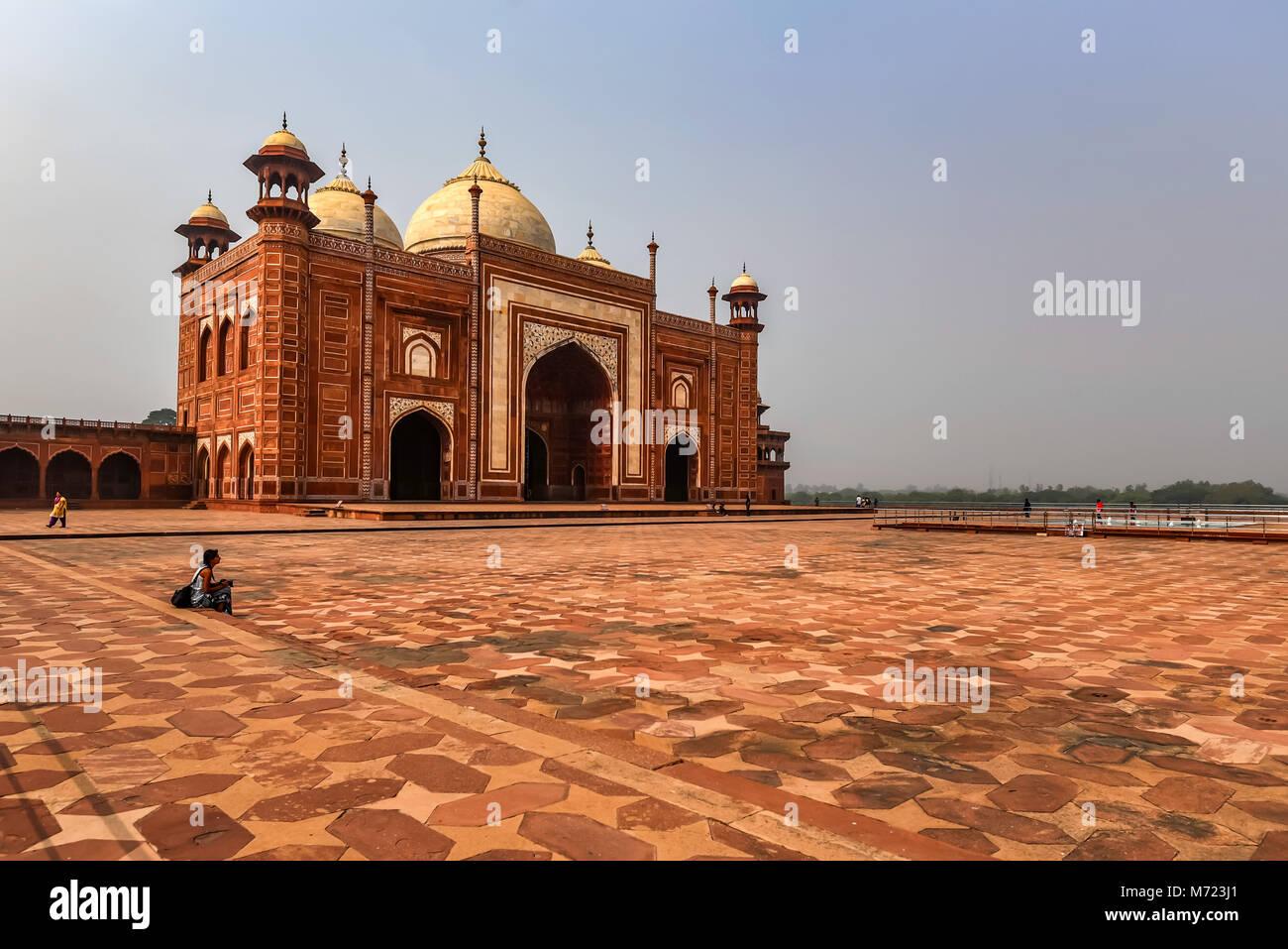 AGRA, Indien - 8. NOVEMBER 2017: Blick auf Moschee in Taj-Mahal Stockbild