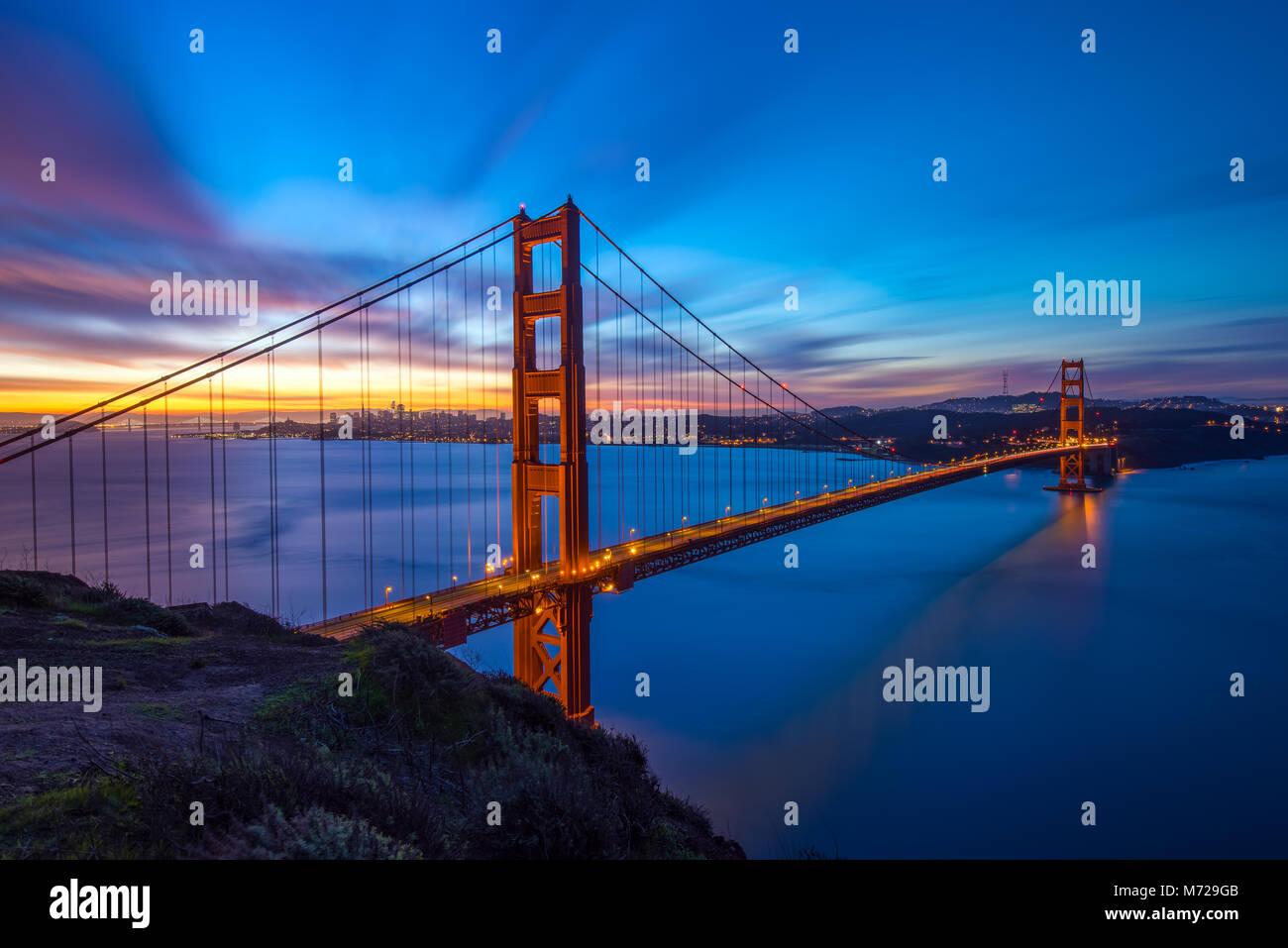 Golden Gate Bridge Panoramablick Sonnenaufgang Ansicht mit großen dynamischen Himmel Stockbild